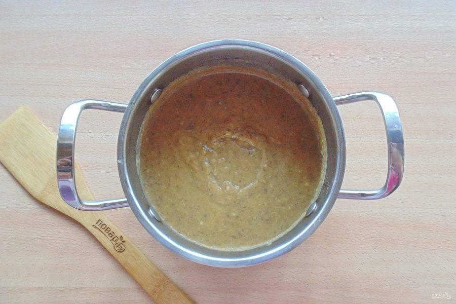 Овощной бульон слейте в отдельную кастрюлю. Добавьте чеснок. Все овощи взбейте блендером до консистенции пюре.