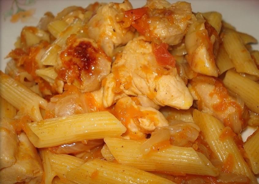 Макароны и зажарку добавляем в куриное филе, перемешиваем и все вместе жарим еще 2-3 минуты. Перед подачей на стол блюдо можно посыпать тертым сыром и украсить зеленью. Кушайте! Это вкусно и сытно!