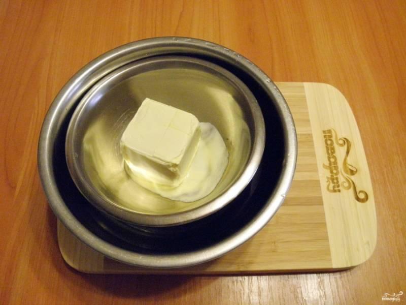 Поставьте сливочное масло на водяную баню, пусть топится.