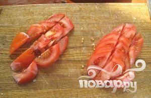 9. Нарезаем помидоры кружочками, а затем делим кружки еще на 3 части.