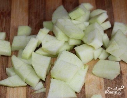 Очищаем яблоко от кожуры и от сердцевины с зернышками, нарезаем его на кусочки.