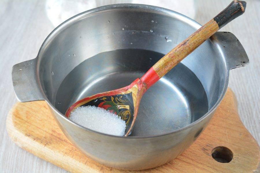 Вскипятите воду, всыпьте сахар, соль лимонную кислоту. Варите маринад пару минут, затем снимите с огня.