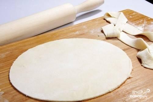 Чтобы кутабы получились аккуратными и красивыми, с помощью миски сделаем круг. Лишнее тесто отрезаем.