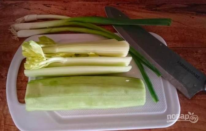 Нарежьте некрупно шнитт, сельдерей и огурец.