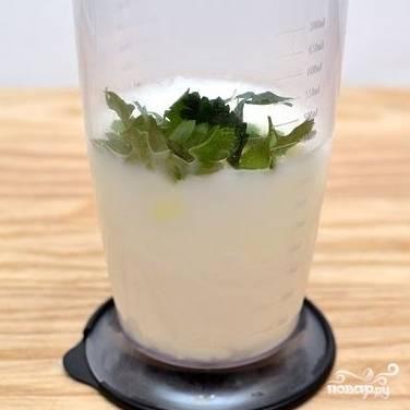 4. Промойте и добавьте в посуду листики мяты.