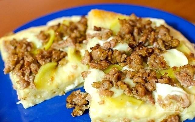 5.Поставьте пиццу еще на 10 минут в горячую духовку. Пицца с фаршем и картофелем готова, приятного аппетита!