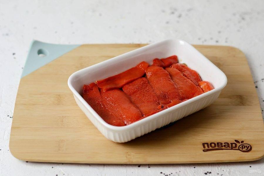 Следом слой болгарского перца. Чередуйте слой, пока не закончатся ингредиенты. Каждый слой промазывайте маслом с зеленью.