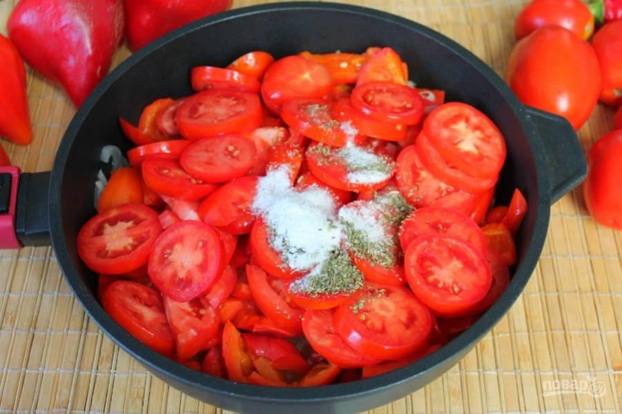 Насыпаем соль, сахар и пряные травы. Готовим под крышкой на малом огне минут 20.