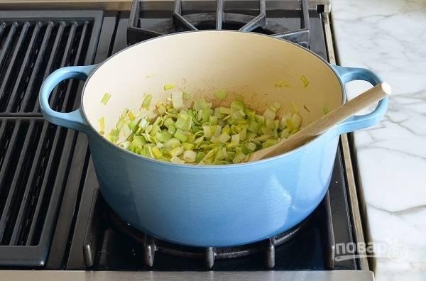 3. Добавьте измельченный чеснок и жарьте на среднем огне, помешивая, минут 8-10.
