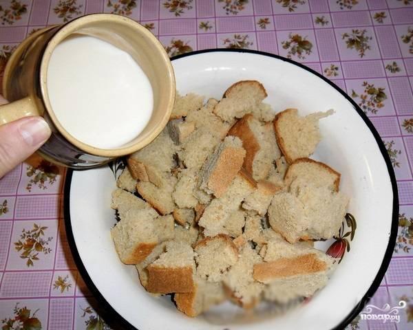 2. Подогреваем молоко и заливаем им хлеб.