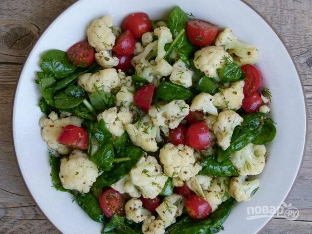 4. Добавьте в салатник цветную капусту и влейте заправку. Аккуратно перемешайте и подавайте к столу.