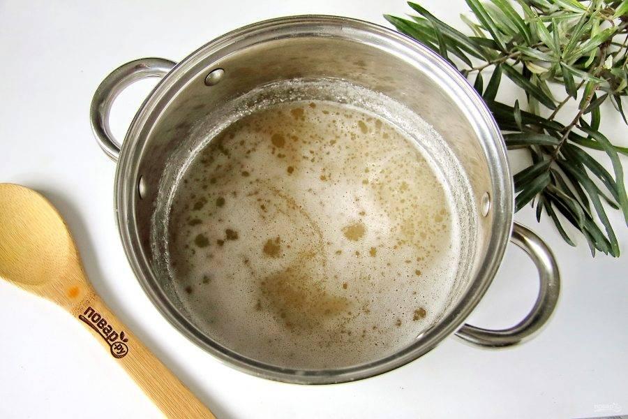 Соедините воду с сахаром. На небольшом огне постоянно помешивая доведите смесь до кипения и проварите 5-7 минут.