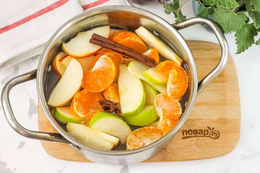Влейте горячую воду и поместите кастрюлю на плиту, отварите компот в течение 7-10 минут.