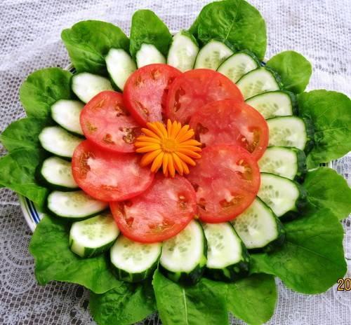 4. Выкладываем на шпинат огурцы и сверху помидоры. В результате у нас получился вот такой овощной цветок, который идеально сочетается с чебуреками.
