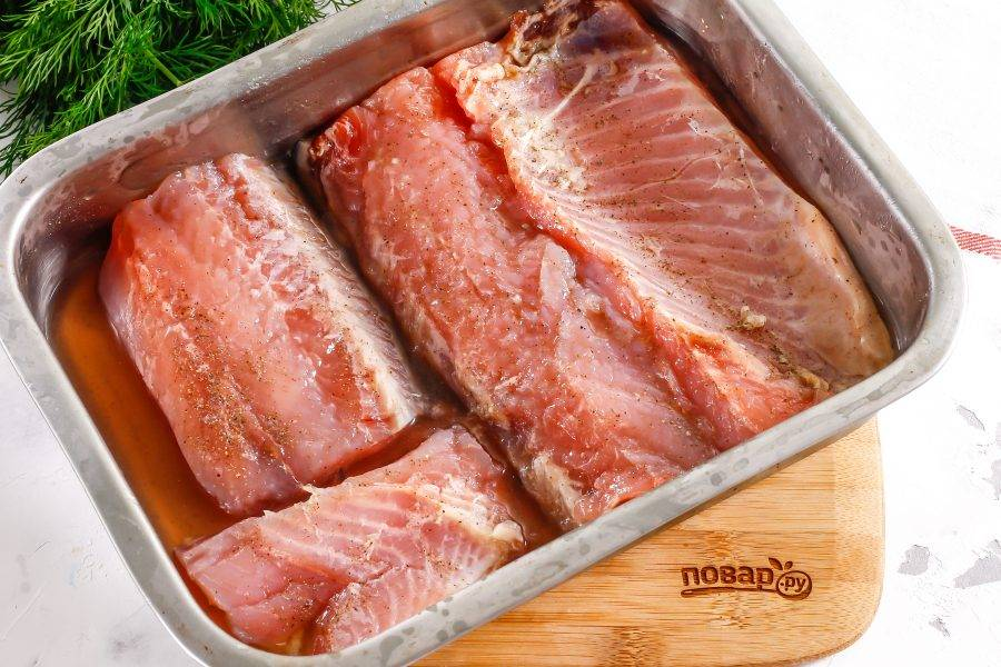 Спустя указанное время специи впитаются, а рыба выделит жидкость. Промойте все кусочки филе в воде.