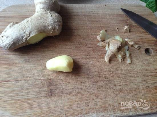 Отрезаем кусочек имбирного корня (примерно 1 см). И очистим его от кожуры.