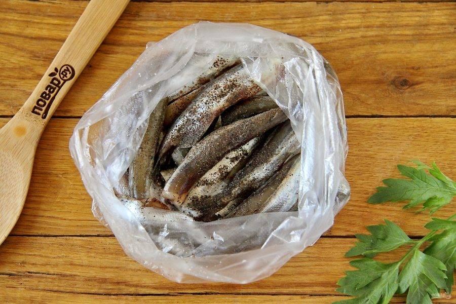 Рыбу посолите, поперчите и сложите в целлофановый пакет.