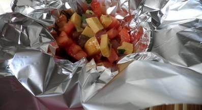 Застелите посуду для запекания фольгой. На фольгу выложите мясо с сыром и помидорами. Порции формируйте, исходя из количества гостей.