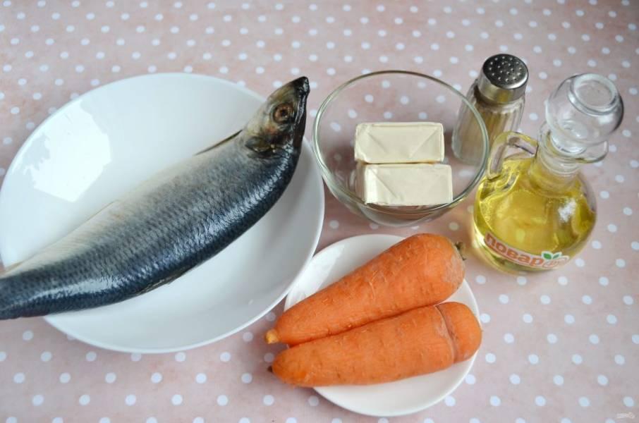 1. Подготовьте продукты: вареную морковь очистите, сырок разверните, сельдь разделайте на филе, удалите все косточки и кожу.