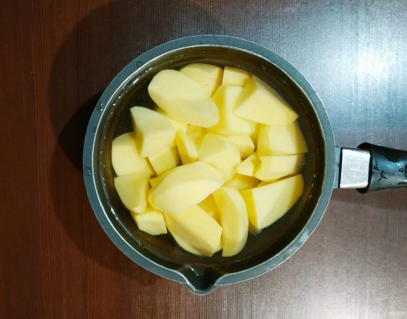 Если картофель крупный, порежьте на крупные куски. Если картофель мелкий, оставьте так.