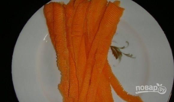Морковь для украшения почистите и нарежьте тонкой соломкой с помощью овощерезки.