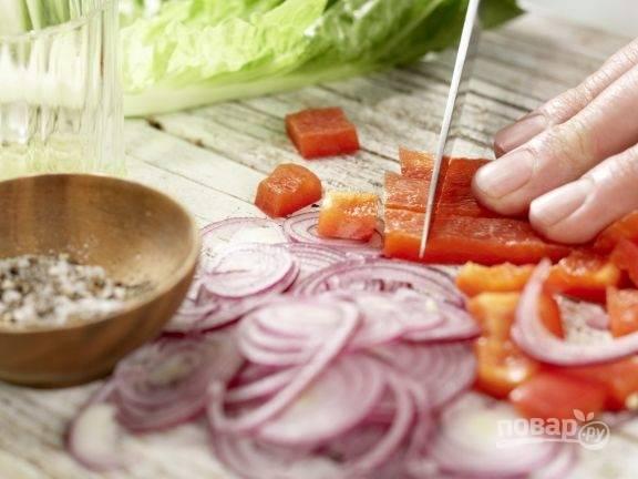 Некрупно нарежьте перец, а лук — тонкими кольцами или полукольцами.