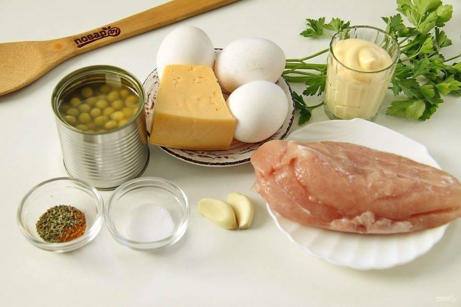 Подготовьте все ингредиенты. Отварите заранее яйца вкрутую.