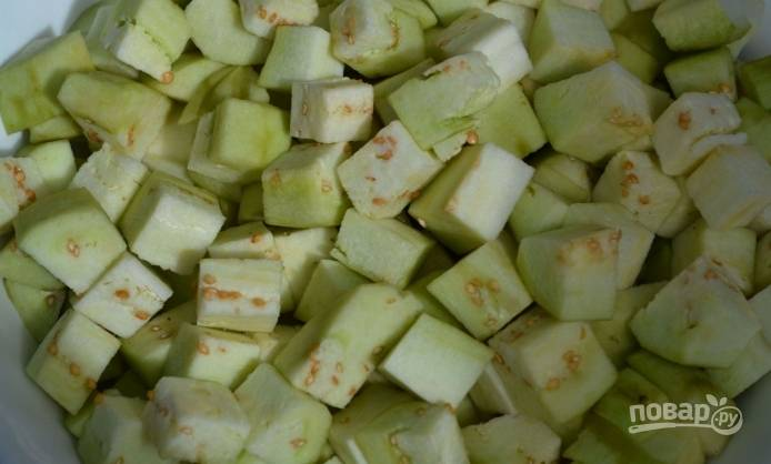 1. Баклажаны моем, срезаем с них кожуру, нарезаем овощ кубиками.