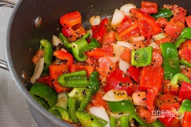 4.Нарежьте крупно луковицу, перец (красный и зеленый), томаты. Выложите овощи к специям, перемешайте хорошенько и обжаривайте до мягкости овощей.