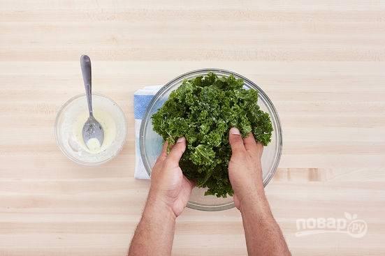 2.Для заправки: в миску кладу майонез, одну чайную ложку винного уксуса, половину тертого сыра и чеснок, перемешиваю, добавляю 1-2 столовые ложки оливкового масла и еще раз перемешиваю. Заправляю капусту половиной приготовленной заправки и хорошенько перемешиваю руками.