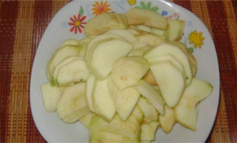 6. Яблоки очистите от кожуры и нарежьте полукружочками.
