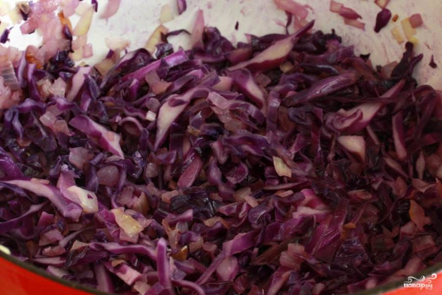 Теперь нужно очистить и нарезать репчатый лук. Затем его надо обжарить до золотистого цвета на небольшом количестве растительного масла. К обжаренному луку добавьте капусту, оставьте все это тушиться.