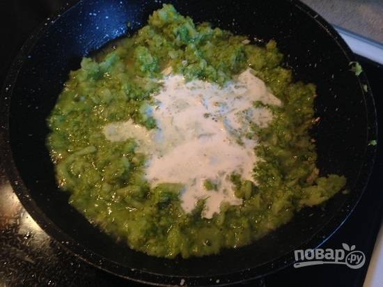 6. Добавим сливки, соль и перец.