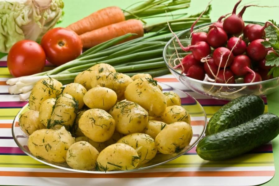 3. А теперь уже отварную картошку смешаем с зеленой массой, солим по вкусу, и подаем со сметаной!