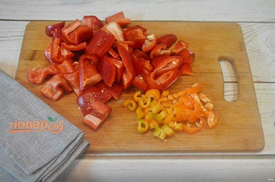 1. Сладкий перец нарежьте кубиком, острый - тонкими колечками.