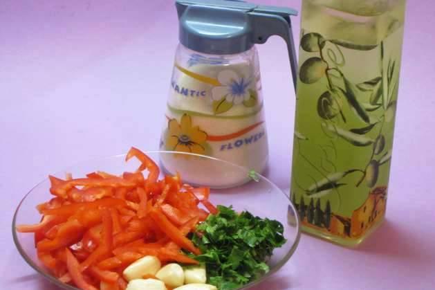 Далее чистим болгарский перец и нарезаем его соломкой, свежую зелень и чеснок измельчаем.