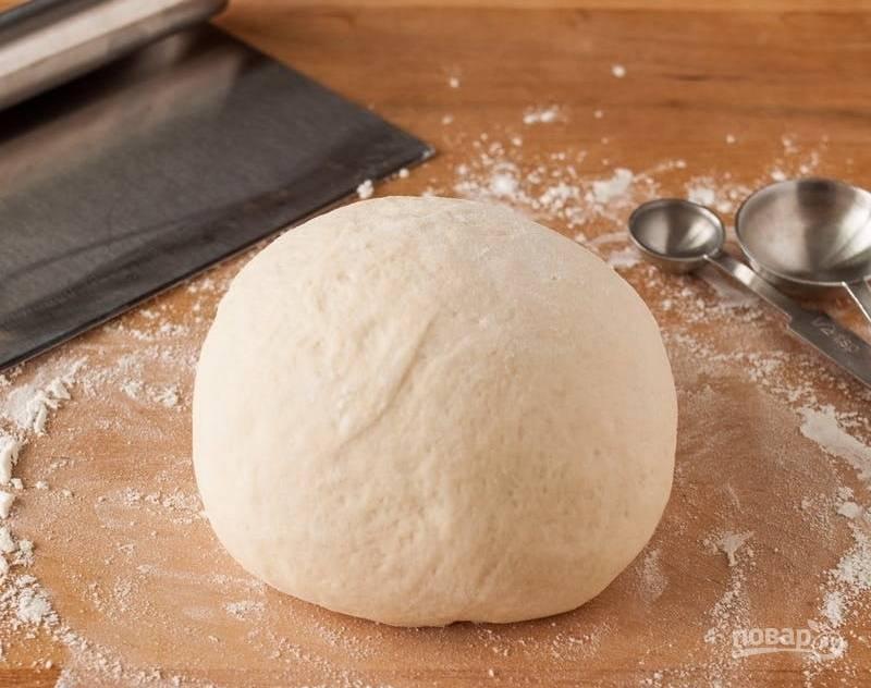1.Выложите заранее тесто из холодильника, чтобы оно нагрелось до комнатной температуры.