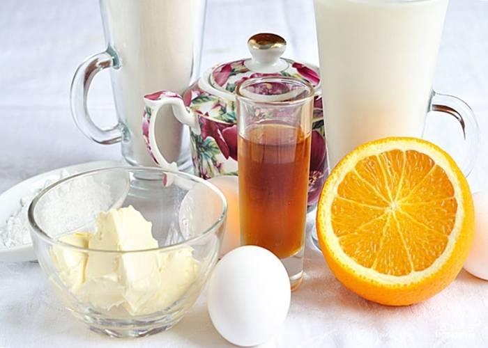 Сначала сделайте тесто. Смешайте сахарную пудру с солью и мукой. В отдельной миске взбейте яйца. Соедините их с мучной массой и половиной молока.