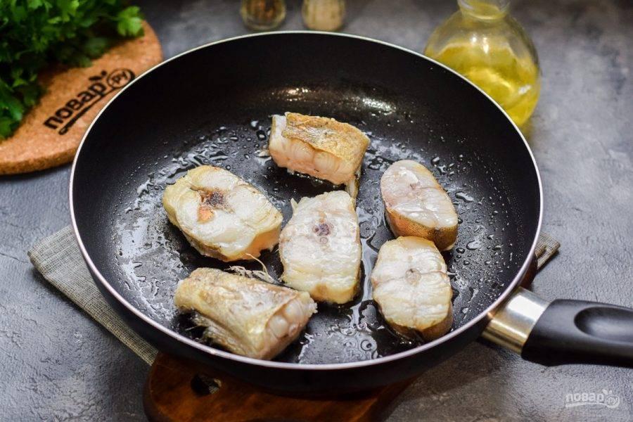 Сковороду разогрейте, смажьте растительным маслом, выложите минтай и жарьте по 3 минуты с каждой стороны.