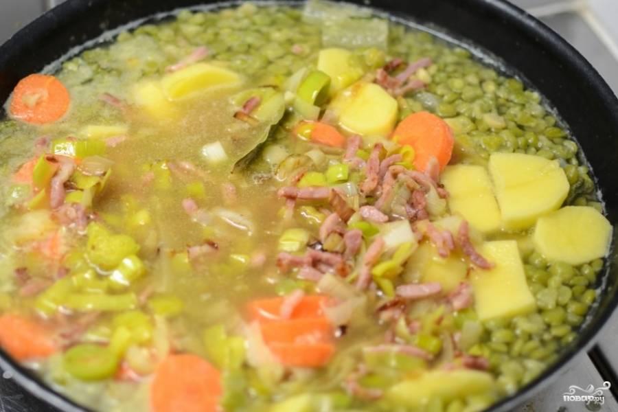 Зажарку добавьте в суп и доведите до кипения. Суп готов.