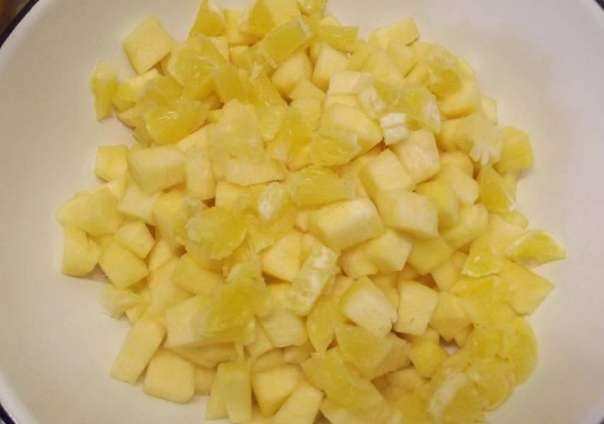 Для начала срезаем с тыквы кожуру, удаляем мякоть и нарезаем тыкву на небольшие кубики, всего очищенной тыквы должно получиться 1 кг.