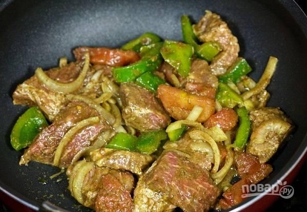 4. И тушите на среднем огне до готовности (время зависит от мяса, оно должно стать мягким).  Приятного аппетита!