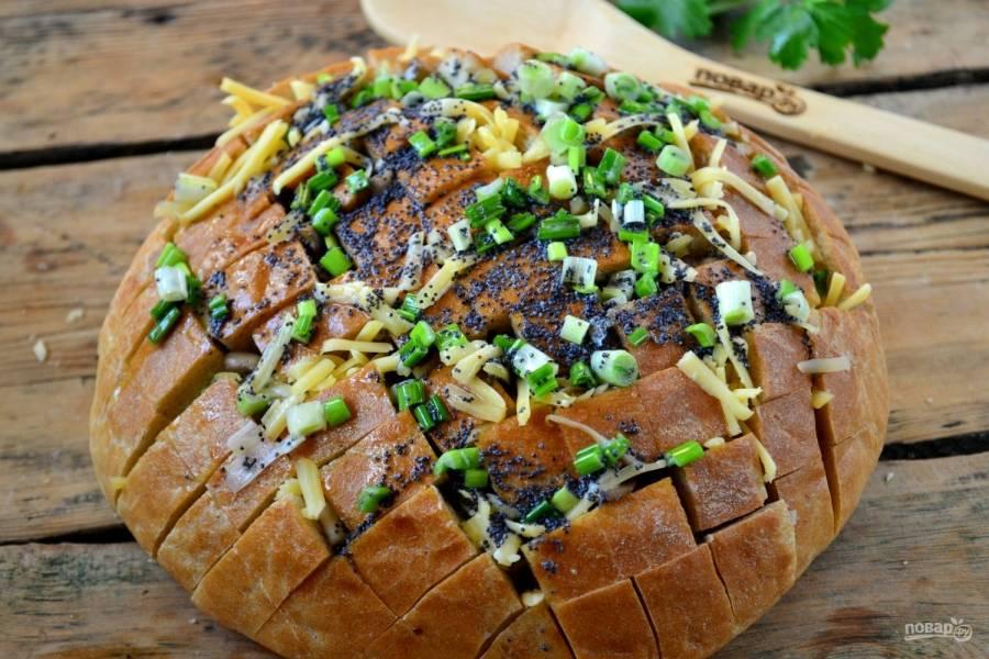 Полученной смесью залейте сверху хлеб. Масло пропитает хлеб изнутри и снаружи и сделает его мягким и сочным.