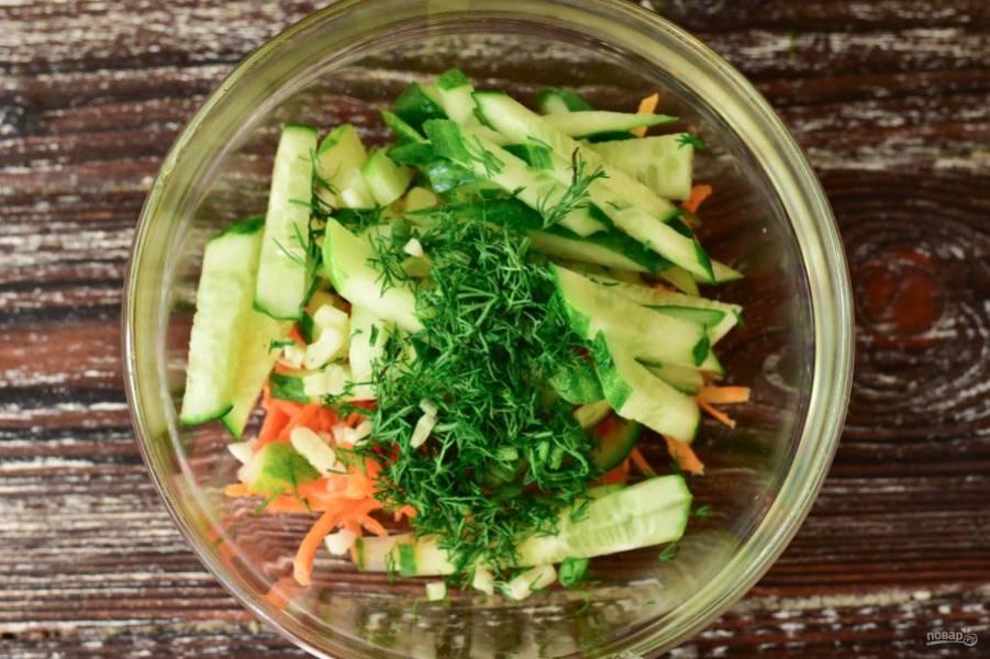Выложите морковь по-корейски и подготовленные ингредиенты в миску.