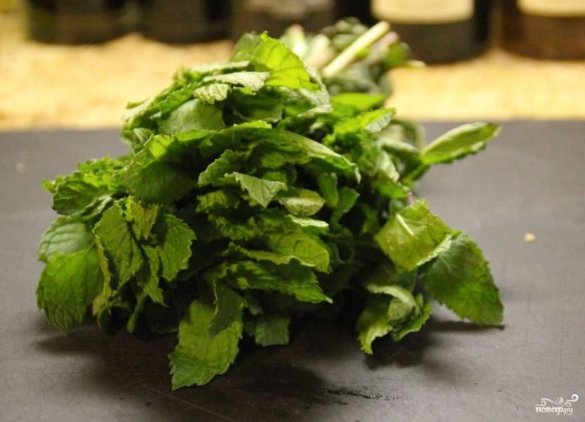 Помойте мяту. Мелко нарвите листики. Салат из клубники у рукколы приобретёт освежающий вкус, благодаря мяте:)