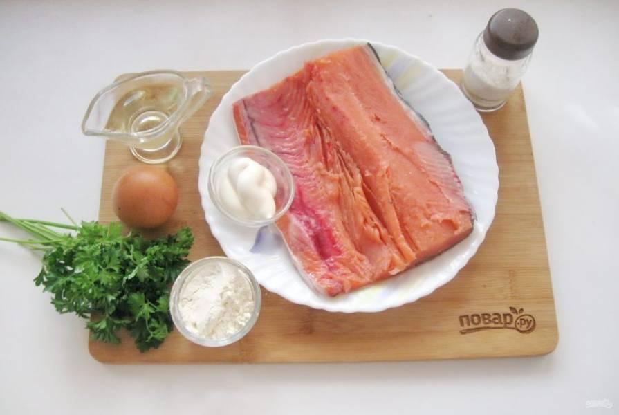Подготовьте ингредиенты для приготовления оладий из горбуши.
