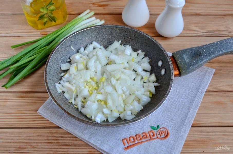 Луковицу очистите, порежьте мелко и обжарьте на 2 столовых ложках растительного масла до мягкости.