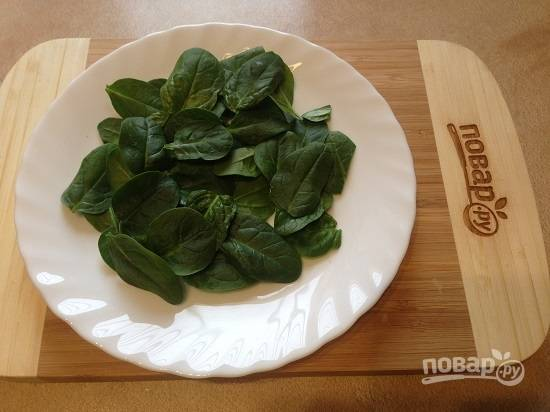1. Листья шпината тщательно промойте и максимально обсушите. Выкладываем шпинат на тарелку.