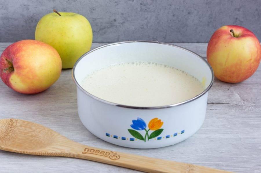 Яйца взбейте с сахаром, затем взбивая, понемногу вливайте растительное масло. Взбивайте до растворения сахара. Должна получиться легкая воздушная масса.