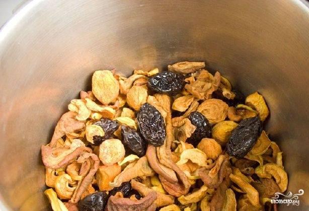 Яблоки, урюк и груши залейте водой, примерно четырьмя литрами, но можно больше. Доведите воду до кипения, а потом проварите в течение 30 минут на маленьком огне.